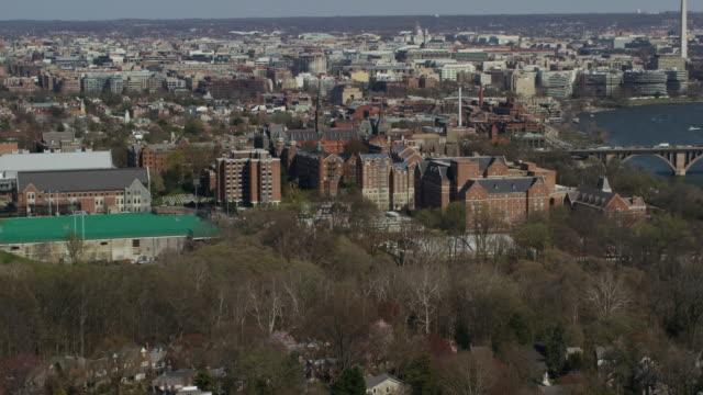vídeos y material grabado en eventos de stock de aerial flying over residential area towards georgetown university in dc - río potomac