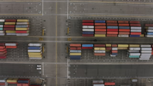 stockvideo's en b-roll-footage met aerial flying over shipping containers terminal island, ca - long beach californië