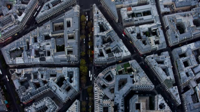 vidéos et rushes de aerial flying over streets and buildings looking directly down in paris france - paris france