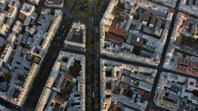 stockvideo's en b-roll-footage met aerial flying over streets and buildings looking directly down, paris france - stadsweg
