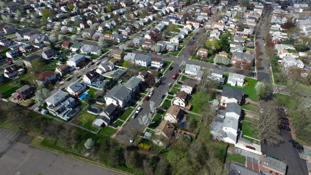 vídeos de stock e filmes b-roll de aerial flying over suburban houses in the spring - nova jersey