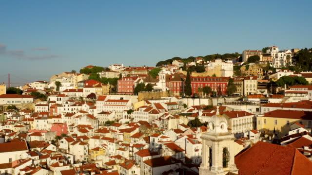 vídeos y material grabado en eventos de stock de aerial flying over the colorful rooftops of lisbon portugal, beautiful clear morning - cruz forma