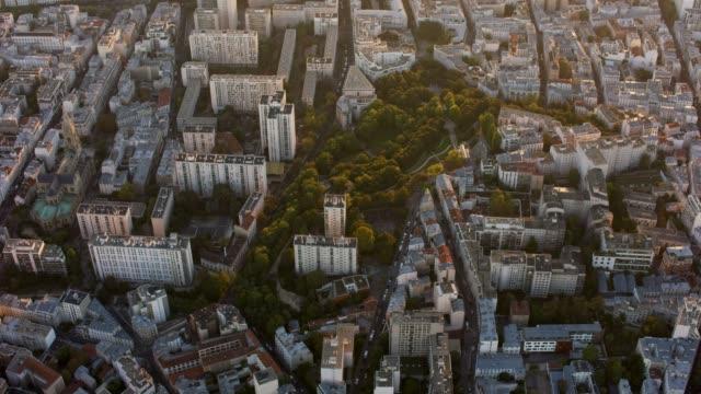 vidéos et rushes de aerial flying over the parc de belleville in paris france, sunset - quartier