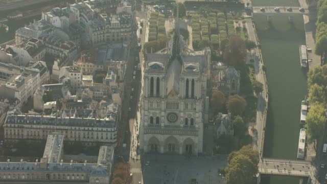 vidéos et rushes de aerial flying over the seine river towards cathédrale notre-dame, in paris france daytime - jour
