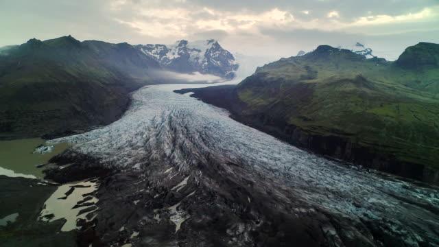 vidéos et rushes de aerial flying over vatnajokull glacier in iceland - islande