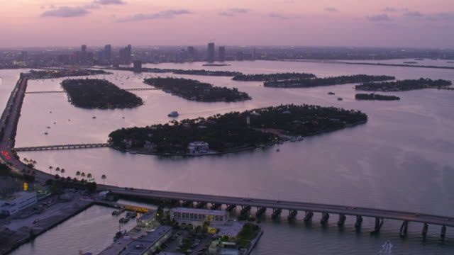 stockvideo's en b-roll-footage met aerial flying over venetian islands at sunset miami fl - macarthur causeway bridge