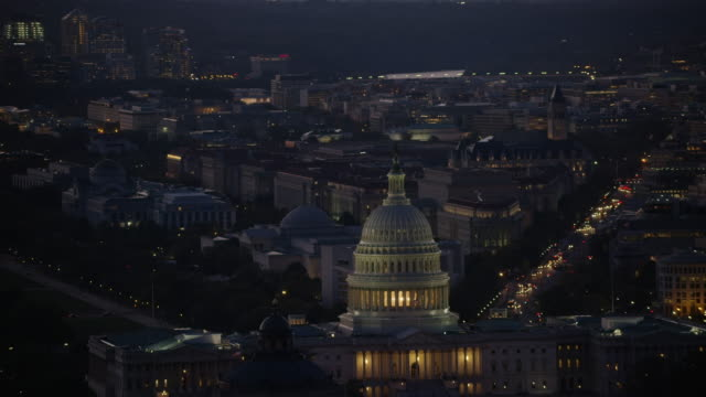 vídeos de stock e filmes b-roll de aerial flying over washington dc, united states capitol, night - capitol hill
