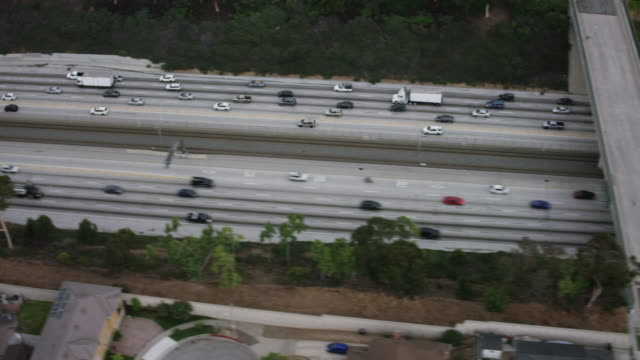 vidéos et rushes de aerial flying past century freeway, interstate 105 in los angeles, ca morning - panning