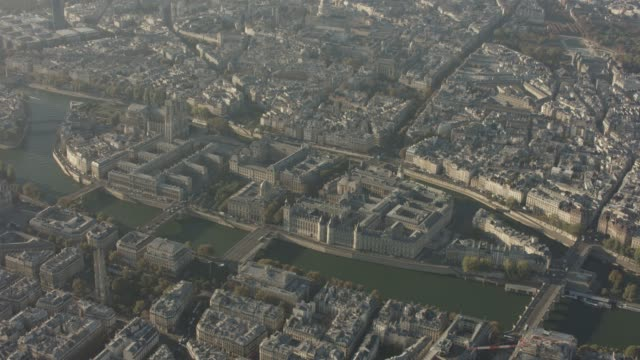 aerial flying past ile de la cité in paris france, morning - セーヌ川点の映像素材/bロール