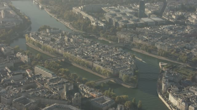 aerial flying past île saint-louis in paris france, morning - セーヌ川点の映像素材/bロール