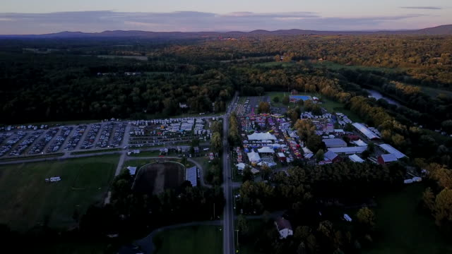 vidéos et rushes de aerial flying towards county fair at sunset - comté d'ulster