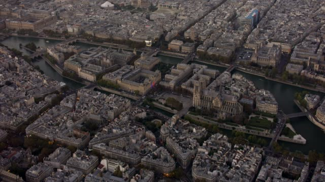 aerial flying towards île de la cité in paris france at sunset - セーヌ川点の映像素材/bロール
