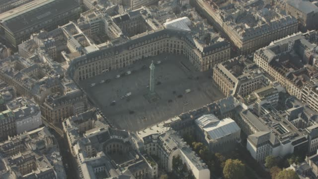 stockvideo's en b-roll-footage met aerial flying towards place vendôme, in paris france, day - colonne vendome