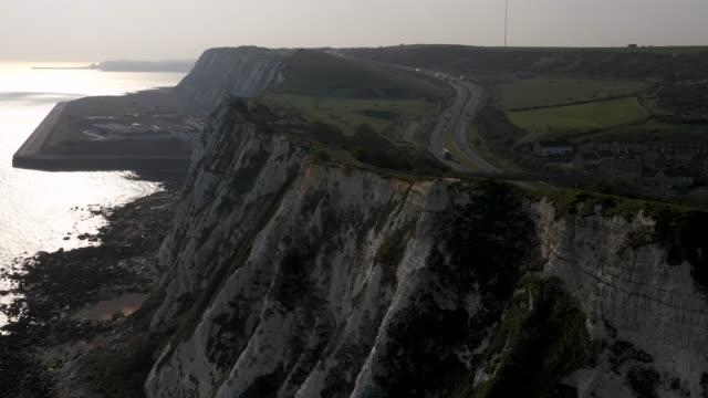 aerial flying towards the white cliffs of dover, daytime - kent england bildbanksvideor och videomaterial från bakom kulisserna