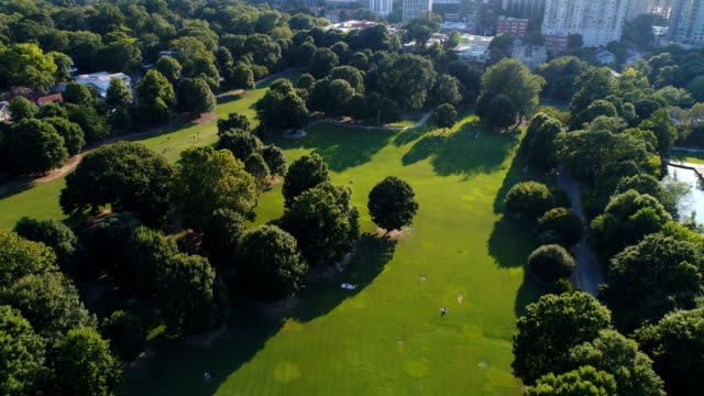 aerial flyover of piedmont park in atlanta, ga - georgia stati uniti meridionali video stock e b–roll