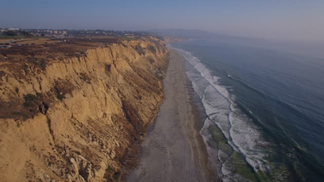 vídeos de stock e filmes b-roll de aerial flyover of the cliffs at torrey pines in la jolla/san diego california - san diego