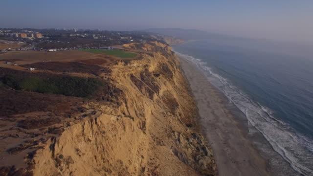 vídeos de stock, filmes e b-roll de viaduto aéreo das falésias em torrey pines em la jolla/san diego na califórnia - oeste dos estados unidos