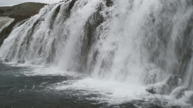 stockvideo's en b-roll-footage met aerial flyover or river and waterfalls / highlands, iceland - surface level