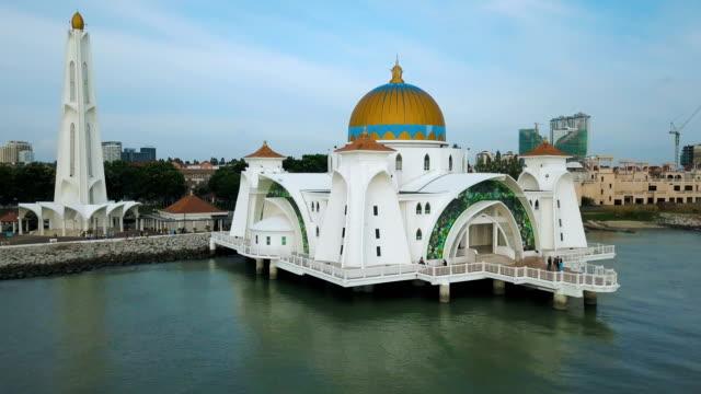 Luftaufnahmen - Moschee befindet sich auf der vom Menschen verursachten, die Malakka Straße Moschee, Melaka, Malaysia