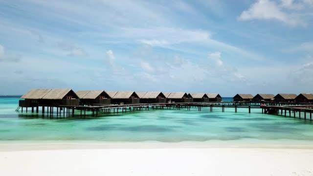 luftaufnahmen eines luxusresorts auf dem wasser auf den malediven - malediven stock-videos und b-roll-filmmaterial