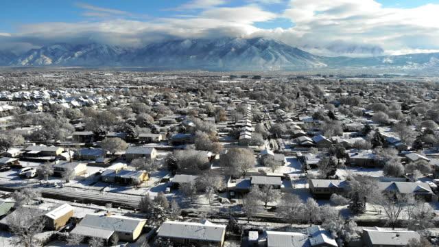 vídeos y material grabado en eventos de stock de imágenes aéreas de un barrio de salt lake city utah en un día soleado de invierno - villa asentamiento humano