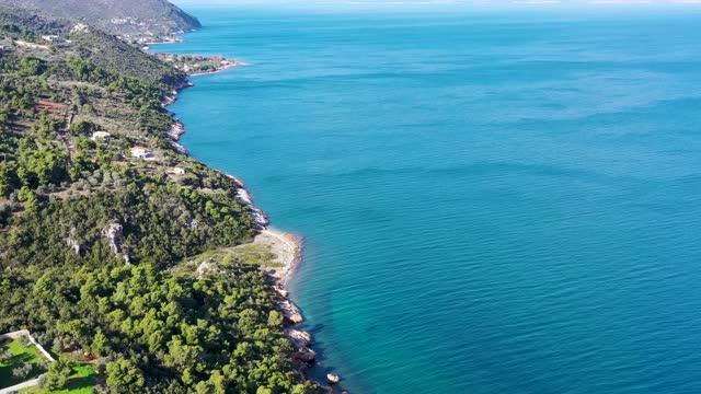 vidéos et rushes de aerial footage of aegean sea coastline with summer houses - grèce