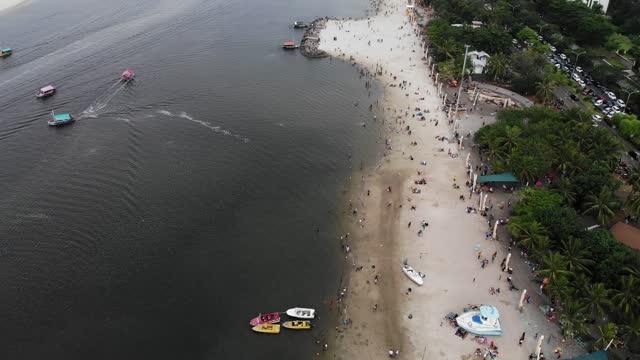 vidéos et rushes de images aériennes de la plage à jakarta - malaisie