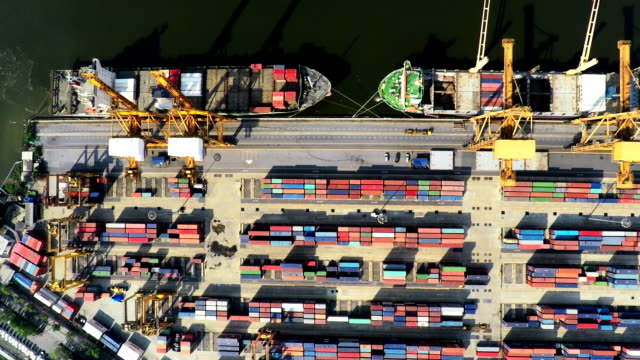 vídeos de stock, filmes e b-roll de filmagem aérea de carga contentores e os navios de alto-vista - cilindro veículo terrestre comercial