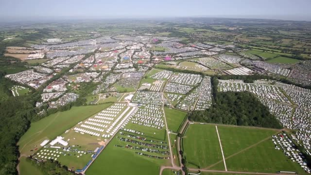 vídeos y material grabado en eventos de stock de aerial footage of glastonbury festival in pilton thousands have descended on somerset to watch the likes of stormzy the killers and the cure take... - the cure