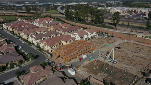 aerial footage of homes within the master-planned community of cypress village in irvine, california, u.s. on wednesday, may 6, 2020. mounting... - irvine verwaltungsbezirk orange county stock-videos und b-roll-filmmaterial