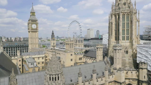 vídeos de stock, filmes e b-roll de aerial footage of houses of parliament - big ben