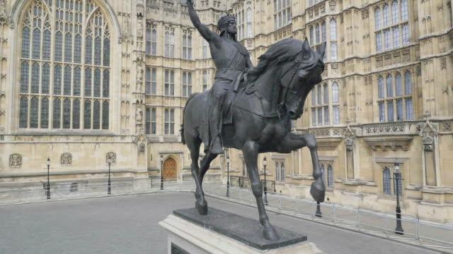 vídeos de stock, filmes e b-roll de aerial footage of houses of parliament - estátua
