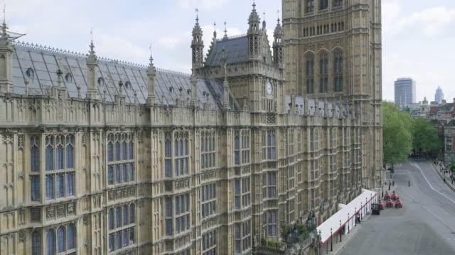 vídeos de stock, filmes e b-roll de aerial footage of houses of parliament - figura masculina