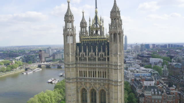 aerial footage of houses of parliament - bandiera del regno unito video stock e b–roll