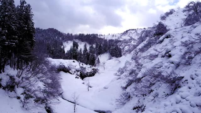 vídeos de stock e filmes b-roll de aerial footage of japanese countryside after major winter storm - neve profunda