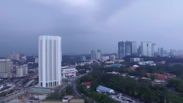vídeos de stock, filmes e b-roll de aerial footage of kuala lumpur, malaysia - torre menara kuala lumpur