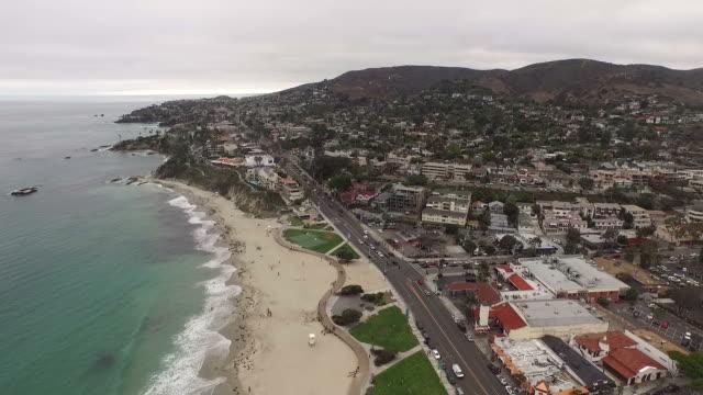 stockvideo's en b-roll-footage met luchtfoto beelden van laguna beach, californië op een sombere dag - laguna beach californië