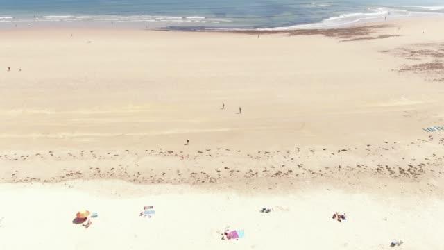 4K luchtfoto beelden van grote zandstrand