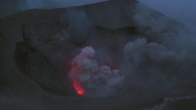 vídeos y material grabado en eventos de stock de aerial footage of mt yasur volcano erupting - volcán activo