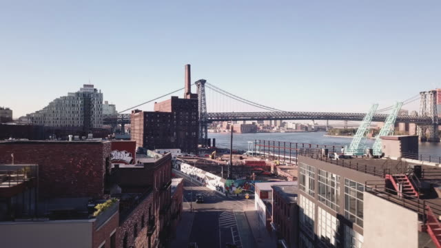 aerial footage of new york city's williamsburg bridge from the brooklyn side. - manhattan bildbanksvideor och videomaterial från bakom kulisserna