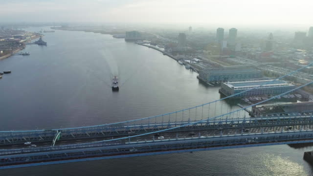 vídeos de stock e filmes b-roll de aerial footage of over the benjamin franklin bridge philadelphia - ponte ben franklin