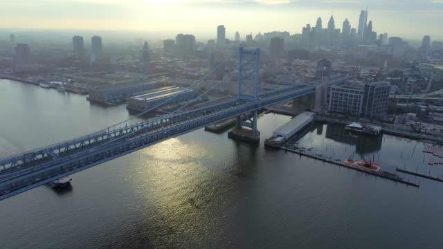 aerial footage of over the benjamin franklin bridge philadelphia - ベンフランクリン橋点の映像素材/bロール