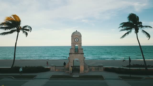 aerial footage of palm trees surrounding the worth avenue clock tower on palm beach, fl during a very busy weekday in january 2021 - clock tower stock videos & royalty-free footage