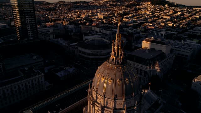stockvideo's en b-roll-footage met luchtfoto beelden van san francisco city hall bij zonsopgang - town hall