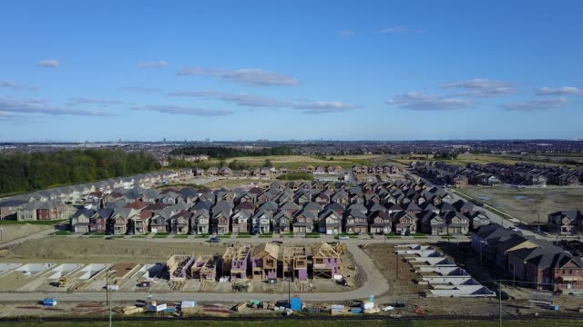 vidéos et rushes de aerial footage of suburban construction as camera pans left and ascends in brampton southern ontario canada on september 9 2017 photographer james... - ontario canada