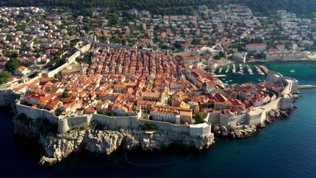 aerial footage of the dubrovnik old town in croatia - 要塞点の映像素材/bロール