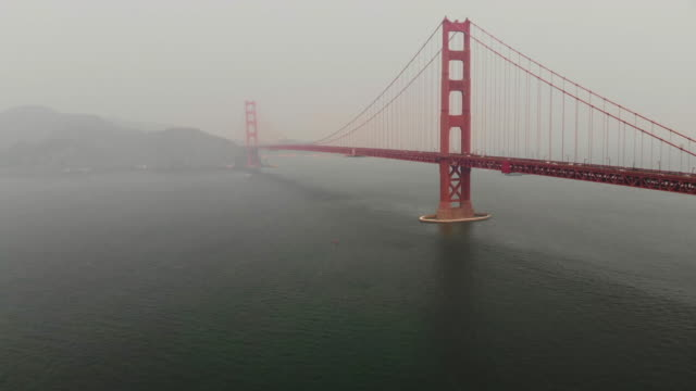 vídeos de stock e filmes b-roll de aerial footage of the golden gate bridge with looping effect. - bumerangue