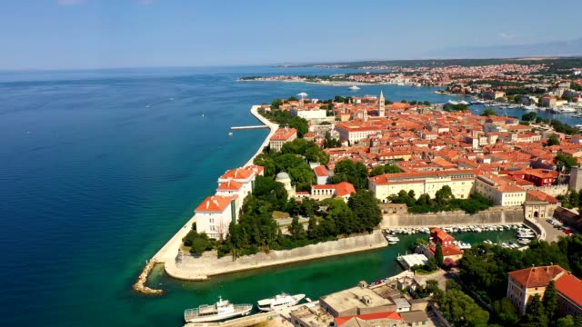 vídeos de stock e filmes b-roll de aerial footage of the medieval zadar old town by the adriatic sea in croatia - divisa