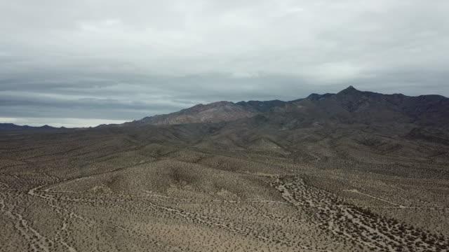 4k luftaufnahmen der mojave-wüste, kalifornien - death valley nationalpark stock-videos und b-roll-filmmaterial