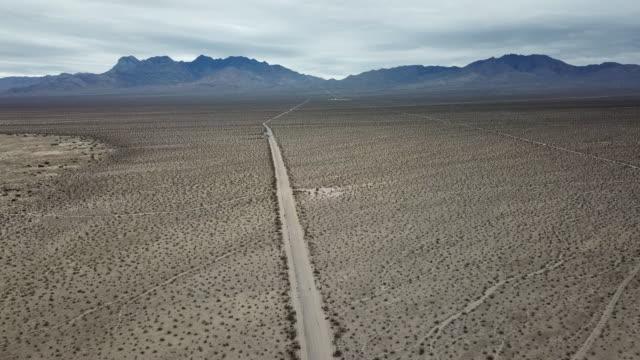 4k luftaufnahmen der mojave-wüste, kalifornien - death valley stock-videos und b-roll-filmmaterial